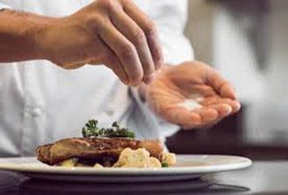 chef restaurante cocinando carne